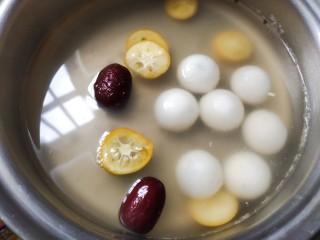 金桔米酒汤圆酿,加入红枣,金桔一起煮3分钟~