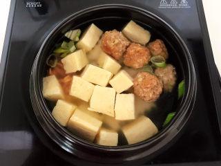 豆腐丸子汤,大火烧开后小火慢煲30分钟