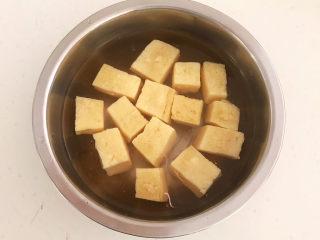 豆腐丸子汤,冻豆腐加入冷水解冻