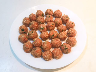 豆腐丸子汤,团成丸子备用