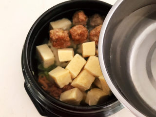 豆腐丸子汤,加入温水,水量没过食材