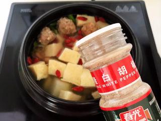 豆腐丸子汤,加入白胡椒粉调味