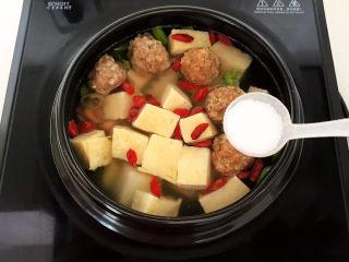 豆腐丸子汤,加入精盐