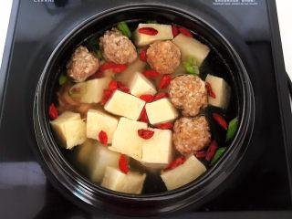 豆腐丸子汤,继续煲5分钟
