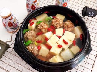 豆腐丸子汤,豆腐丸子汤口感鲜美,风味独特,丸子Q弹,冻豆腐吸足了汤汁的味道,咬一口鲜美无比~