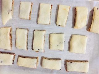 红豆酥,擀压完成后切成小块