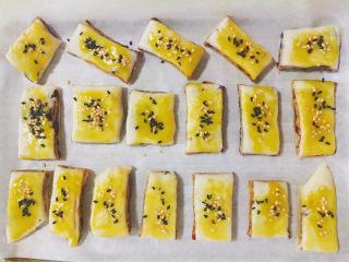 红豆酥,将蛋黄液均匀涂抹表面并撒上芝麻