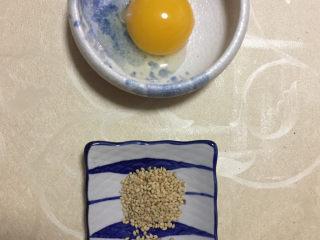 红豆酥,准备好蛋黄液和芝麻