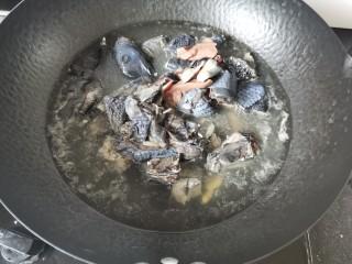 板栗乌鸡汤,放入乌鸡焯一下水,大概2-3分钟