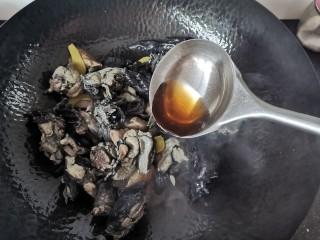 板栗乌鸡汤,加入适量的料酒