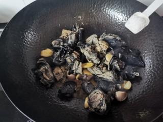 板栗乌鸡汤,适量的盐,翻炒均匀