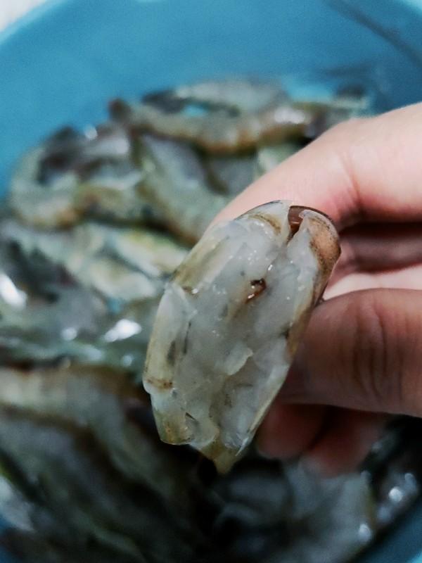 麻辣干锅虾,用剪刀沿着背部剪开