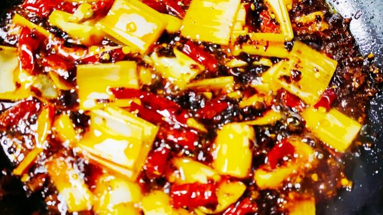 麻辣干锅虾,倒入葱,姜,蒜,干辣椒