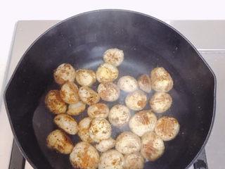 板栗乌鸡汤,煮一锅开水,把板栗放进去滚一下,不用煮熟。然后捞出来皮就很容易去掉了。怕麻烦的也可以买那种包装的去皮板栗。