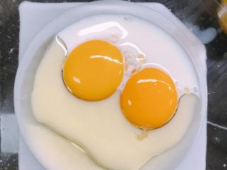 红丝绒蛋糕,蛋黄中加入牛奶和油