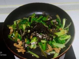 猪肉炒尖椒、上海青,放入海苔丝
