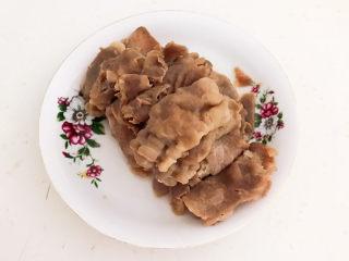 酸湯肥牛金針菇,把焯好的肥牛撈出來