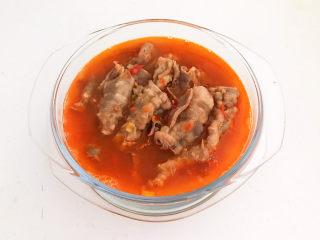酸湯肥牛金針菇,倒入湯汁