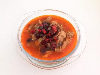 酸湯肥牛金針菇,把辣椒油倒在肥牛上面即可