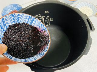 黑米红豆粥,黑米清洗干净后倒入电压力锅内胆