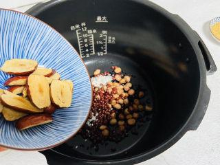 黑米红豆粥,倒入红枣片