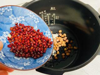 黑米红豆粥,倒入清洗干净的红豆
