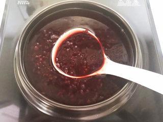 黑米红豆粥,黑米红豆粥可以吃了~