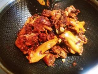 红烧鸡块(写的详细,照做0失误),翻炒至表面上色均匀,能够闻到香味。