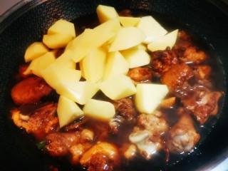 红烧鸡块(写的详细,照做0失误),打开盖子,加入土豆块,并进行搅拌。(加入土豆的时间,可以根据喜欢软一点还是硬一点的土豆口感进行调整,参考煮火锅的土豆时间即可)