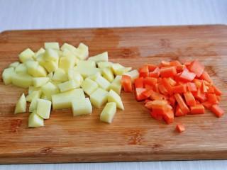 牛腩萝卜汤,土豆,胡萝卜去皮,洗干净再切小块备用。