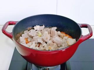 牛腩萝卜汤,加入焯水的牛腩。