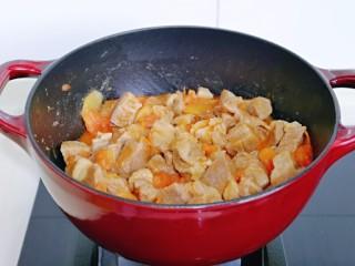 牛腩萝卜汤,翻拌至均匀,使每块牛腩吸收到番茄酱汁。