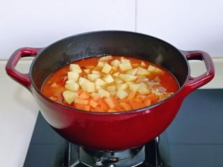 牛腩萝卜汤,40分钟后,牛腩的口感正好适合我,这时加入土豆块,胡萝卜块,按个人口味加入盐,再炖15分钟,土豆炖熟即可。