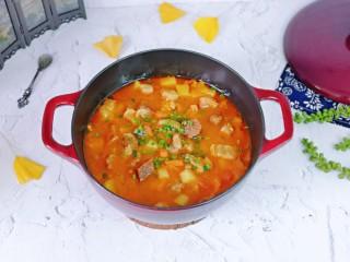 牛腩萝卜汤,番茄炖牛腩好啦,撒上葱花,铁锅炖的这道牛腩格外香。