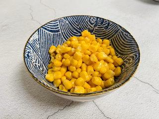 蛋黄焗玉米,玉米清洗一下沥干水分