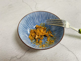 蛋黄焗玉米,咸蛋黄用叉子碾碎