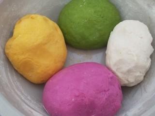 新年五彩繽紛餃子,在合一塊白色面團,直接冷水合好。