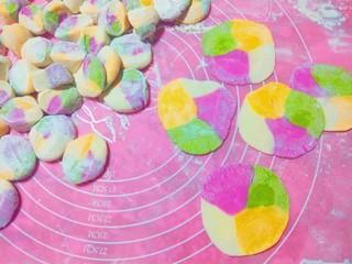 新年五彩繽紛餃子,要軋劑子皮。這樣四色會很均勻。