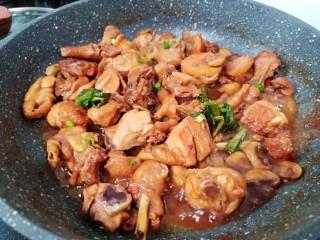 黃燜雞塊,雞肉酥爛后加入少許鹽調味收一下湯汁。