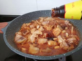 黃燜雞塊,加入蠔油提鮮,加一點冰糖、大火翻炒至雞肉上色。