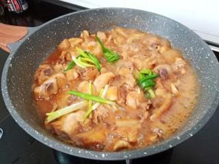 黃燜雞塊,加入生姜去腥,蔥結提香。