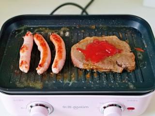 黑胡椒意大利面,待牛排煎至自己喜歡的成熟口感時加入番茄醬,醬料也冷根據個人喜歡任意調換。