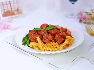 黑胡椒意大利面,蘆筍,香腸一起擺盤,小番茄裝飾在上面。