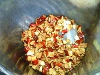 豆浆机版姜枣茶,将切碎的红枣和生姜倒入豆浆机中