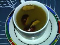 豆浆机版姜枣茶,切几片枣放在表面点缀