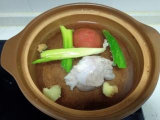 西红柿炖牛肉、香菇、粉皮,牛肉放入清水中焯水后捞出,放入砂锅中,加入开水,放入葱、姜、西红柿