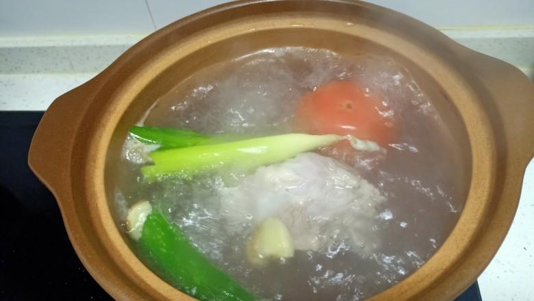 西红柿炖牛肉、香菇、粉皮,大火煮开