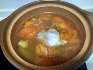 西红柿炖牛肉、香菇、粉皮,搅拌均匀