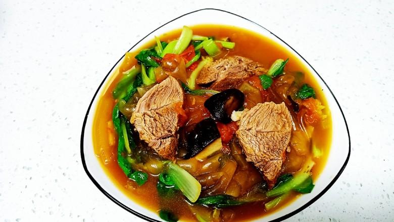 西红柿炖牛肉、香菇、粉皮,牛肉切片盛入盘中