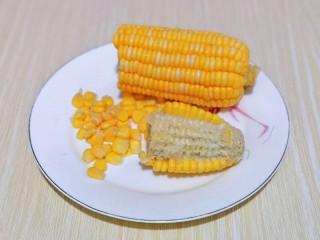 蛋黄焗玉米,首先处理玉米棒,去掉外皮,再把玉米棒掰开,将玉米粒搓下,可以先搓掉一排,接下来特别容易。
